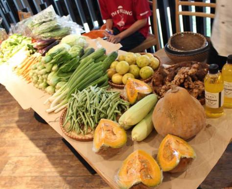 毎週日曜日朝市(野菜直売会)開催 / Tổ chức hội chợ rau mỗi sáng thứ hai hàng tuần (Hội chợ rau organic nhà trồng)